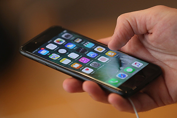 Apple Fans Await iPhone 7
