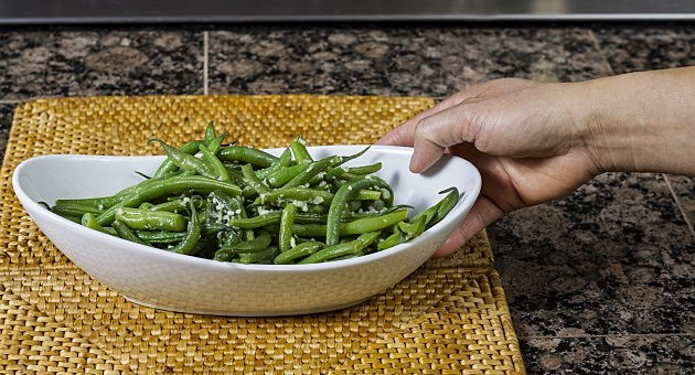 freshly cooked green beans in bowl